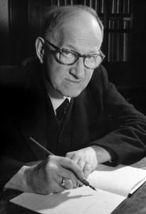 Pierre Kemp aan schrijftafel