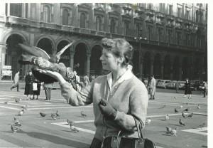 Hetty Kluijtmans in Milaan, waar zij in 1958 studeerde aan de Accademia di Belli Arti di Brera. Foto uit: Wiel Kusters, 'Pierre Kemp. Een leven'. Nijmegen, Vantilt, 2010.