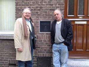Met Benno Barnard bij het huis waar Pierre Kemp van 1929 tot zijn dood gewoond heeft: Turennestraat 21, Wyck-Maastricht.