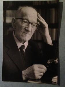 Pierre Kemp in 1963, 77 jaar oud. Wegens gezichtsproblemen nauwelijks nog in staat tot lezen en schrijven. Maar de poëzie blééf komen.